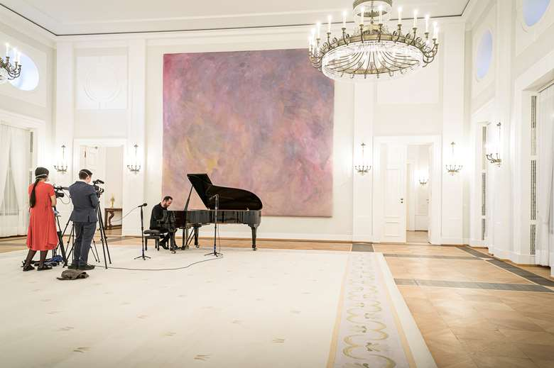 Igor Levit playing a House Concert, live-streamed from the German President's Berlin residence on April 2 (Photo Bundespresseamt / Jesco Denzel)