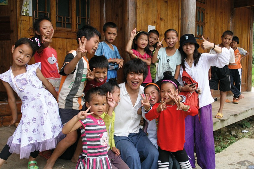 Hou and Li Zhao with children in Zaidong Dongzhai in south-east Guizhou