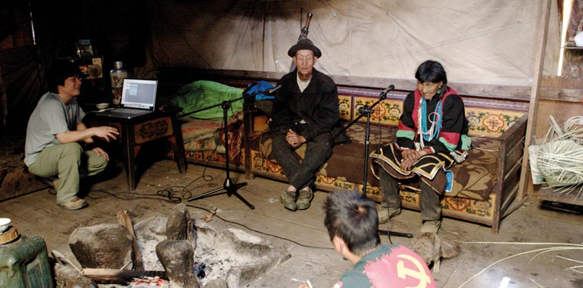 Hou Dudu recording the Lhoba in Milin County, Nyingchi, Tibet. The man in national costume (right) is Da Yaxia, the only singer left in the Lhoba area, aged 90 at the time of recording. He has since died.